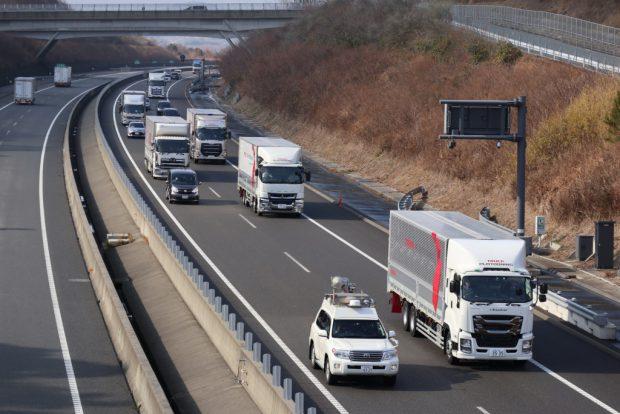 Langstrecke im Verbund: Die digitale Vernetzung der Lkw trägt dazu bei Kraftstoff zu sparen und CO2-Emissionen zu senken. Long distances in a platoon: The trucks' digital connection contributes to the reduction of fuel-consumption and to lower CO2-emissions