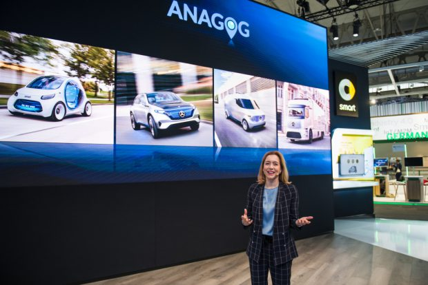 Sabine Scheunert, Leiterin Digital und IT für Marketing & Sales Mercedes-Benz Cars verkündet auf dem Mobile World Congress 2018 die Beteiligung der Daimler AG am Start-up Anagog.  Sabine Scheunert, Vice President of Digital and IT for Marketing & Sales Mercedes-Benz Cars announced the investment of Daimler AG in the start-up Anagog at the Mobile World Congress 2018.