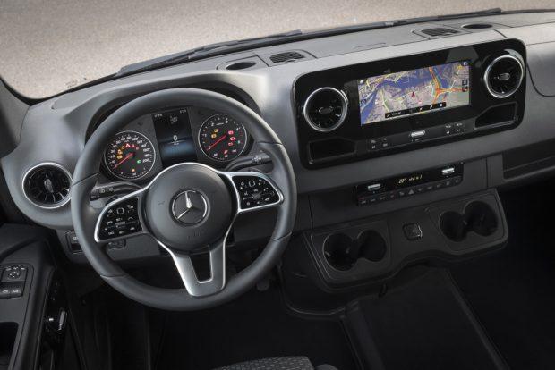 Pressefahrvorstellung Mercedes-Benz Sprinter 2018. Technische Daten: 319 CDI, Tourer, Exterieur, Obsidianschwarz metallic;Kraftstoffverbrauch kombiniert: 8,2 l/100 km; CO2-Emissionen kombiniert: 214 g/km* Press test drive Mercedes-Benz Sprinter 2018. Technical data: 319 CDI, Tourer, Exterior, obsidian black metallic;combined fuel consumption: 8.2 l/100 km; combined CO2 emissions: 214 g/km*