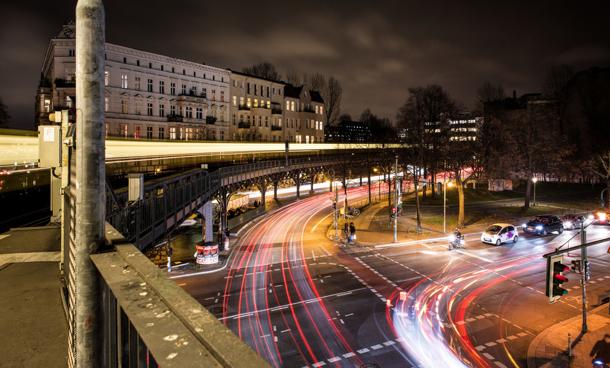 Kreuzung in Berlin bei Nacht