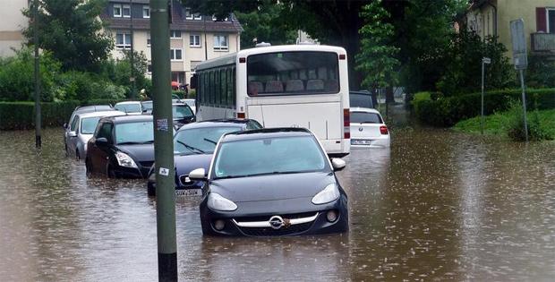 Warnung vor überfluteten Straßen mittels Verkehrs-Sensortechnik