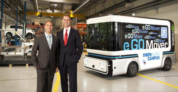 Prof. Dr. Günther Schuh (rechts), CEO der e.GO Mobile AG, und Torsten Gollewski (links), Leiter der Vorentwicklung bei ZF und Geschäftsführer der ZF-Beteiligungsgesellschaft Zukunft Ventures GmbH